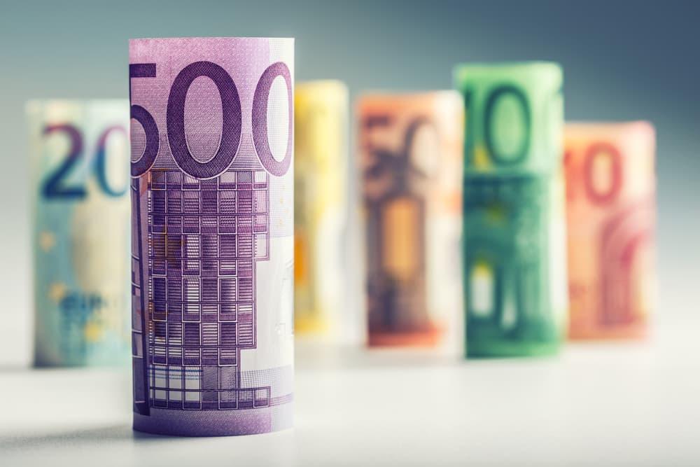 Eurų banknotais susukti ir pastatyti ant stalo.