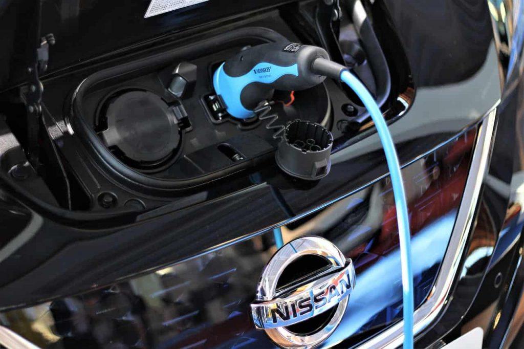 Šioje nuotraukoje Nissan elektromobilis.